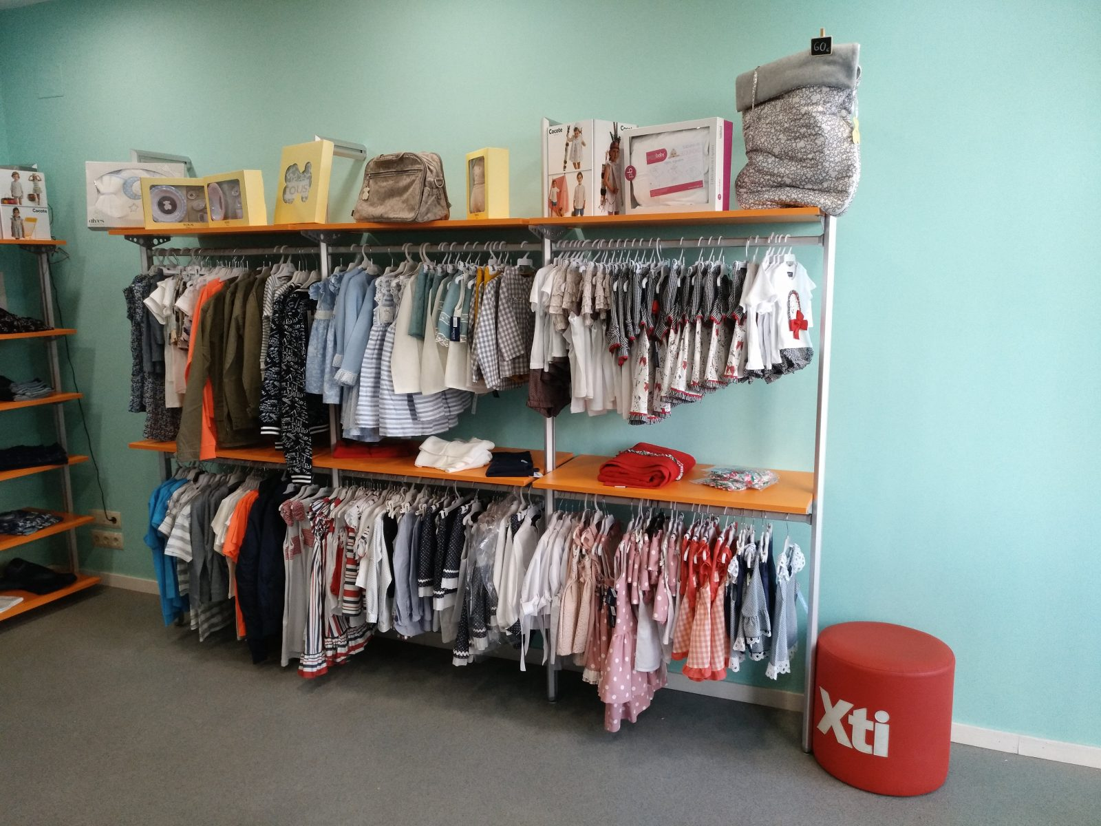 Mobiliario tienda ropa infantil awesome remato with for Muebles ezcaray